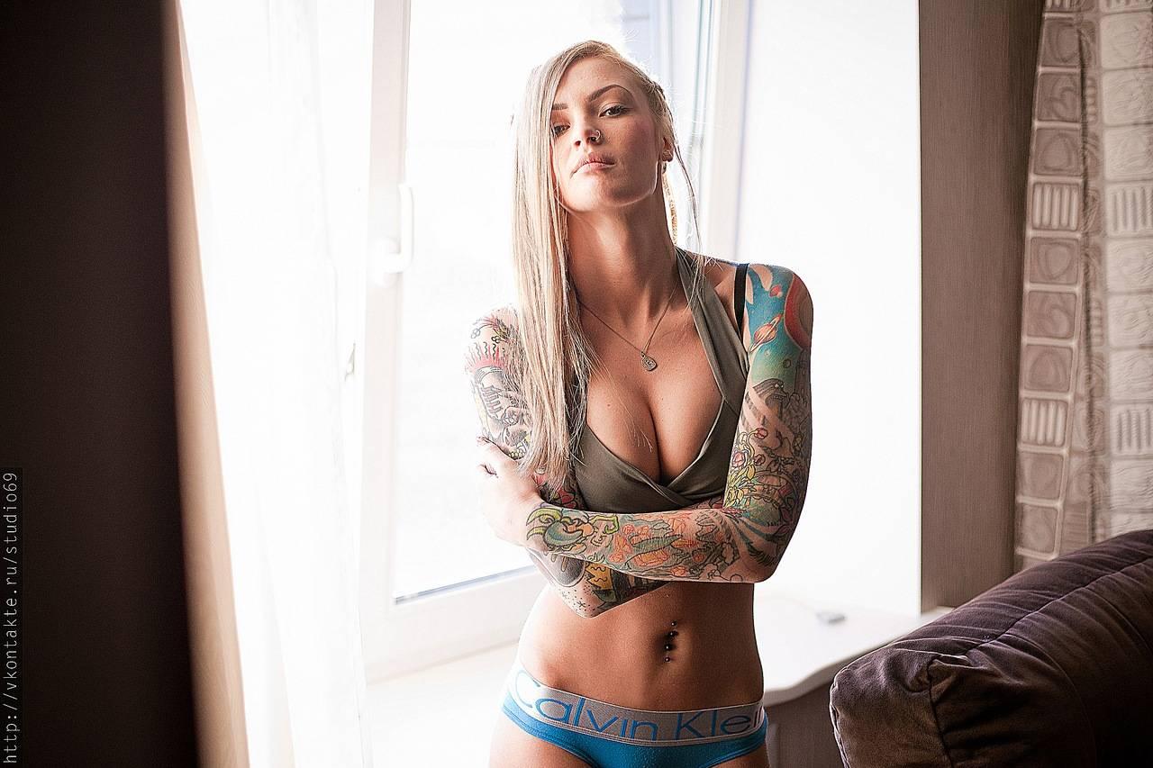 Татуировки у голых девушек 15 фотография