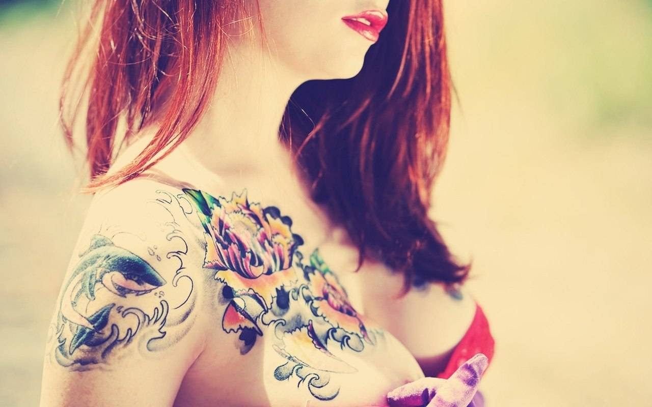 Девушки с татуировками фото сзади