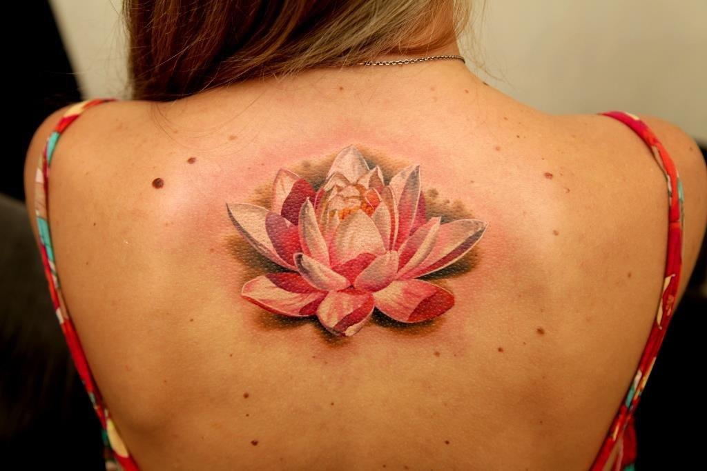 Татуировка между лопаток у девушек фото