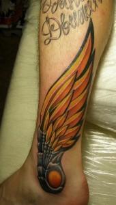 Татуировка крылья на ноге